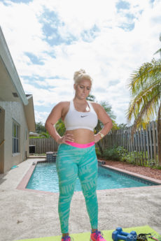 Thick and Luscious Bailey Does a Hawt Workout By The Pool