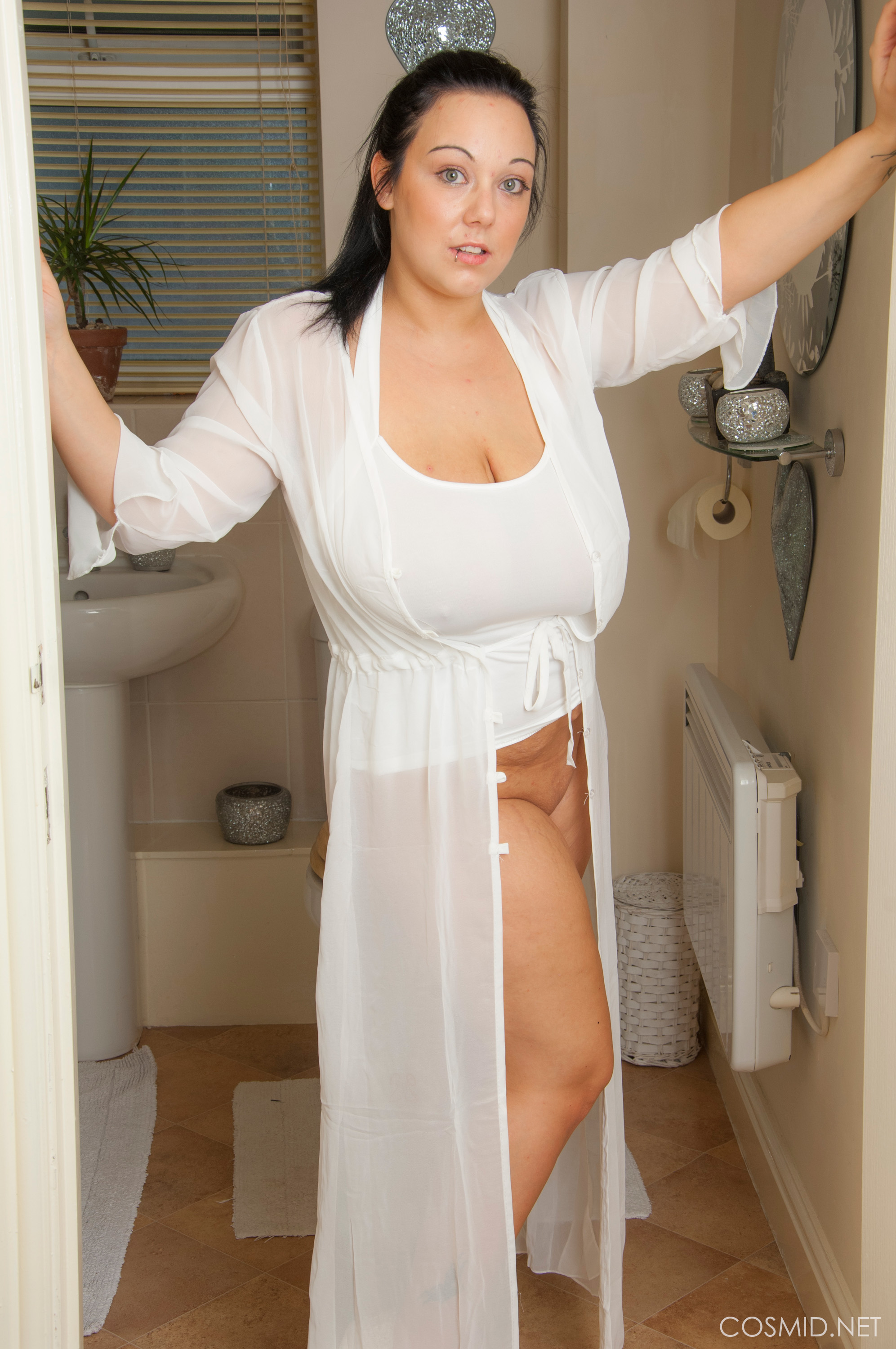 big beautiful woman Sexpot Nikki Stokes Gets Her Meaty Tatas and Round Arse Soaking Humid In The Baths