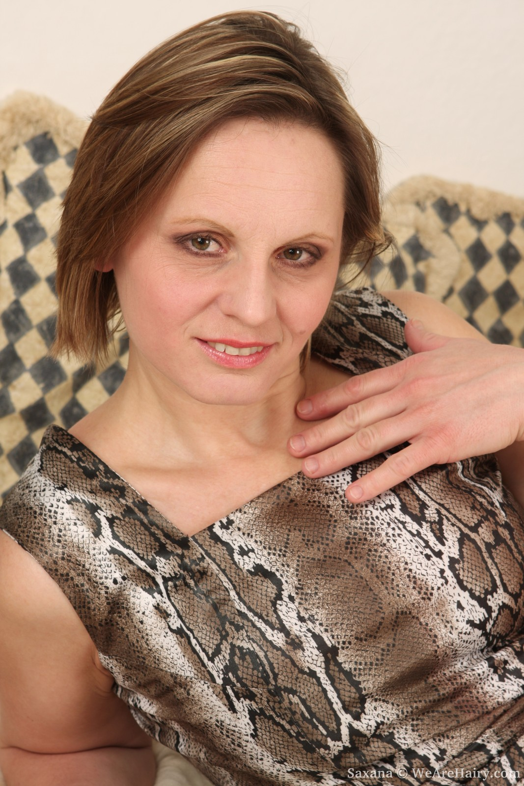 Saxana spreads her juicy bush wide
